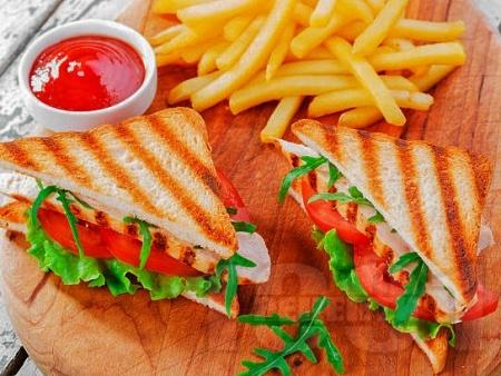 Пилешки клуб сандвич с гриловани пилешки гърди - снимка на рецептата